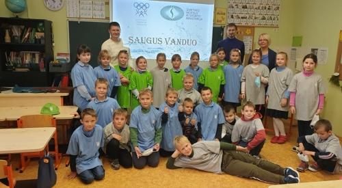 """LOA ir ŠMSM Sporto rėmimo fondo projektas """"Saugus vanduo"""" Širvintų pradinėje mokykloje"""